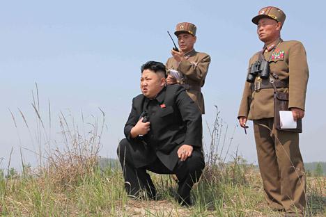 Pemimpin Korea Utara Kim Jong Un (tengah) memandu latihan peluncuran roket ganda dari subunit perempuan yang berada di bawah KPA Unit 851, di foto tanpa tanggal yang dirilis oleh Korean Central News Agency (KCNA) Korea Utara. Foto: Reuters