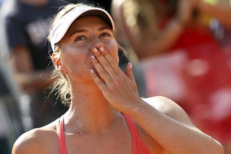 Petenis Rusia Maria Sharapova merayakan kemenangan atas petenis asal Spanyol Carla Suarez Navarro setelah pertandingan final di turnamen tenis Roma Terbuka di Roma, Italia, 17 Mei 2015. Foto: Reuters