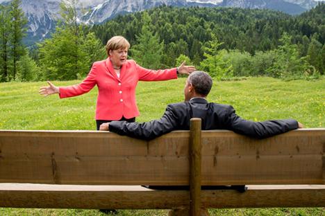 Kanselir Jerman Angela Merkel berbicara dengan Presiden AS Barack Obama di luar Istana Elmau di Kruen dekat Garmisch-Partenkirchen, Jerman, 8 Juni 2015. Foto: Reuters