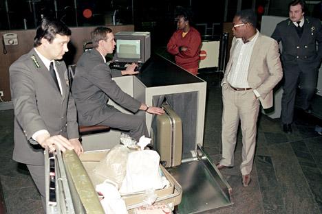 Foto: Yuryi Abramochkin/RIA Novosti.  Pekerja bea cukai di bandara Sheremetyevo menyita 15 kg heroin dari warga Nigeria (1988).