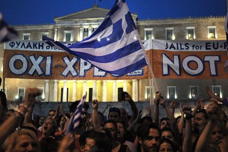 Masyarakat Yunani berunjuk rasa di pusat Syntagma Square, di depan gedung parlemen Yunani, Athena, Yunani (29/6). Masyarakat Yunani telah menolak membayar utang mereka pada IMF dan mereka akan mengumumkan kegagalan teknis tersebut setelah referendum yang digelar Minggu (5/7). Hal ini berarti Yunani pada dasarnya telah berada dalam posisi gagal melunasi utang. Foto: Fotis Plegas G./EPA