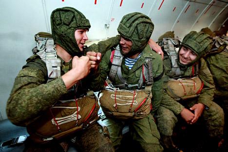 Para prajurit pasukan terjun payung di pesawat angkut militer An-26 sebelum pendaratan selama sesi latihan dalam rangka pemeriksaan kesiapan tempur tentara di Distrik Militer Timur. Foto: Vitalyi Ankov/RIA