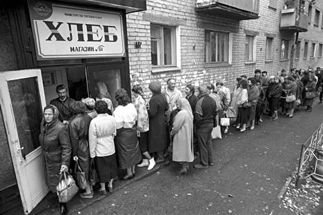 Antrean untuk membeli roti, kota Chita di Timur Jauh Rusia, tahun 1991. Foto: Vladimir Sayapin/TASS