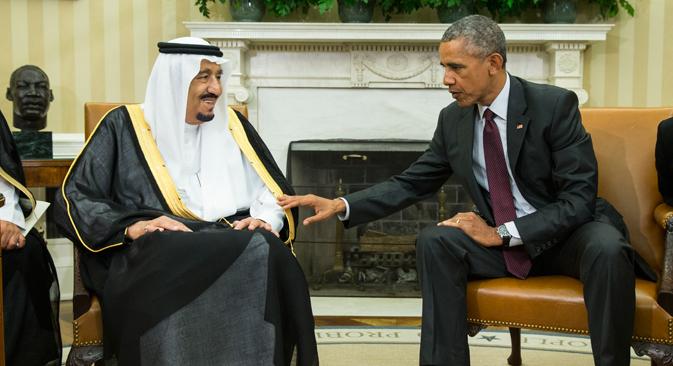 Presiden Barack Obama (kanan) bertemu dengan Raja Salman dari Arab Saudi di Ruangan Oval Gedung Putih di Washington, AS. Pertemuan tersebut berlangsung saat Arab Saudi meminta jaminan dari AS bahwa kesepakatan nuklir Iran dilengkapi dengan sumber daya yang diperlukan untuk membantu memeriksa ambisi regional Iran.