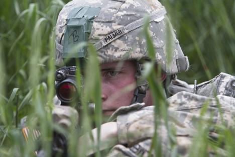 Tentara pasukan terjun payung AS selama latihan militer NATO untuk penegakan perdamaian yang diadakan untuk mendorong efisiensi operasi angkatan udara di Kosovo.