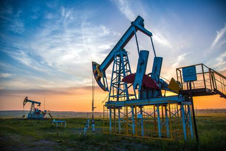 Pompa angguk (pump jack) minyak mentah di kota Almetyevsk, Tatarstan, Rusia.