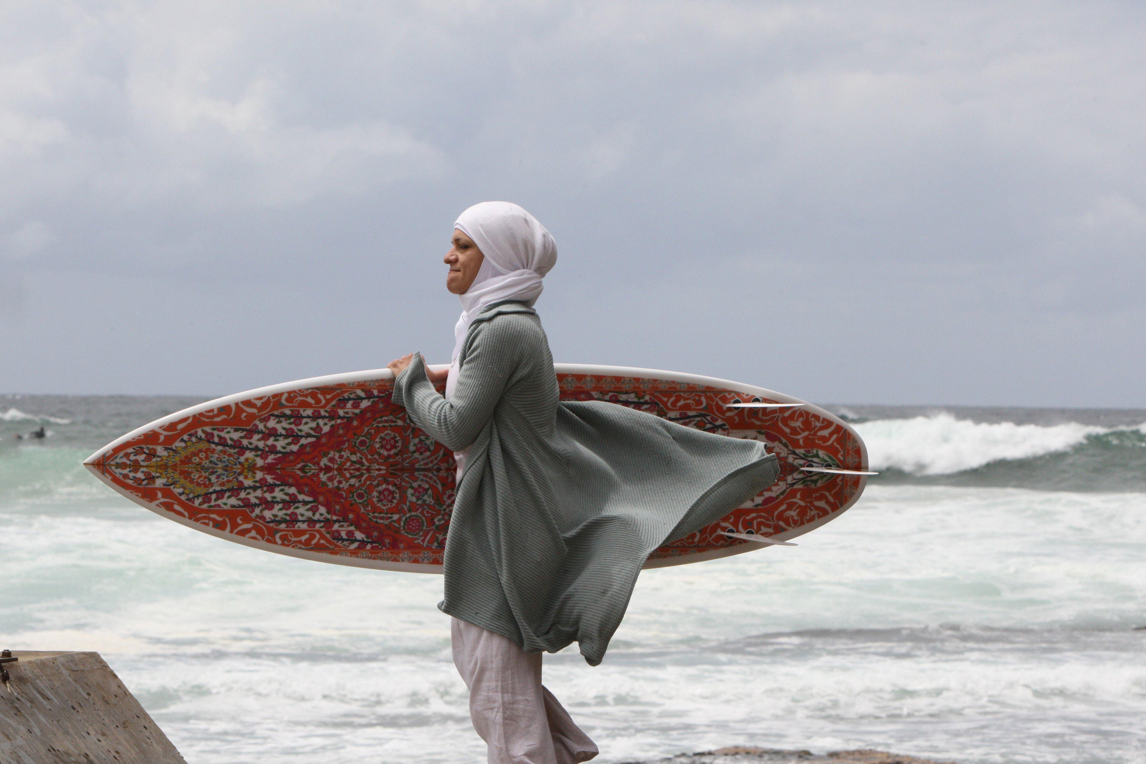 4. Burqini harus dirancang sedemikian rupa agar perempuan dapat berenang dengan bebas. Pakaian renang muslim ini juga gak boleh terlalu ketat dan menempel ke badan setelah berenang. Burqini yang bagus dibuat dari material yang sama dengan pakaian selancar.