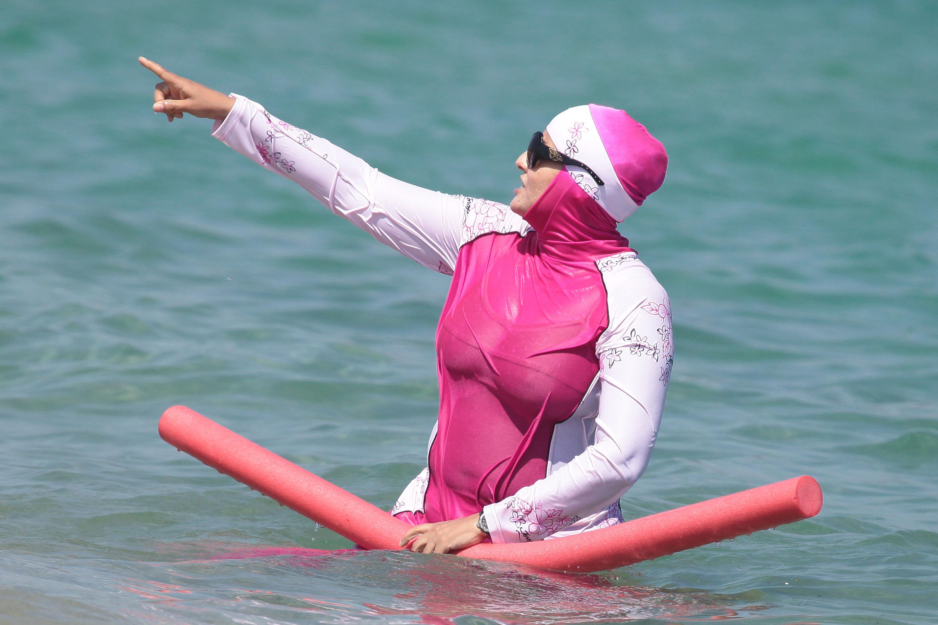 5. Ada burqini yang terlihat seperti baju lari dan sangat berat saat basah.