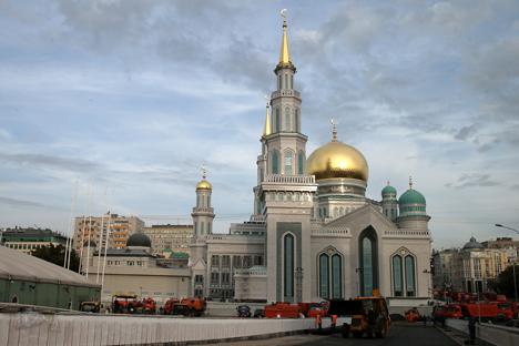 Kedua menara masjid ini memiliki ketinggian 78 meter. Salah satunya menyerupai menara Spasskaya Kremlin Moskow, dan yang kedua menyerupai menara Syuyumbik Kremlin Kazan.