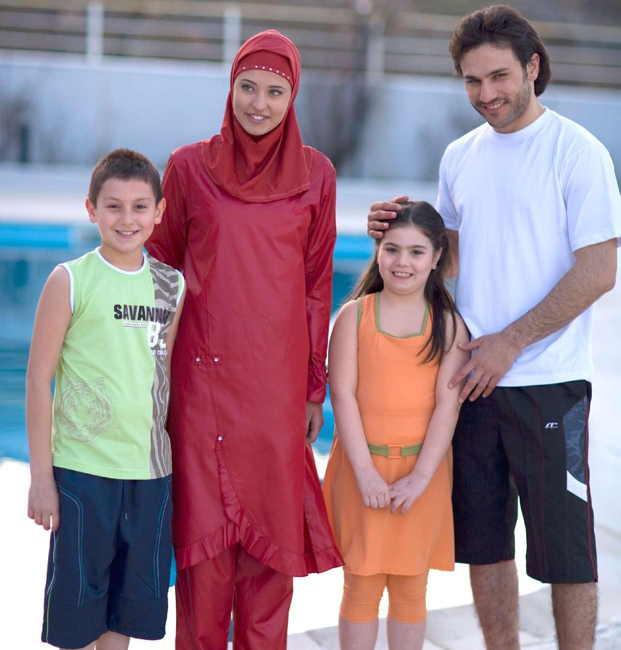 6. Potongan pakaian juga harus terkait dengan celana dari dalam, jadi tak akan terangkat saat perempuan berenang.