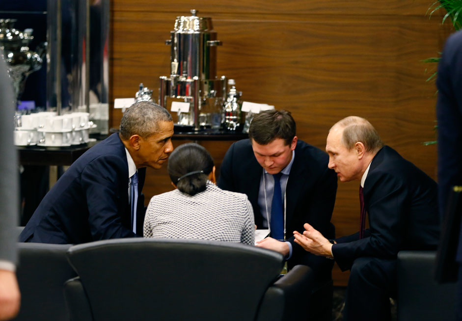 US President Barack Obama (L) talks to Russian counterpart Vladimir Putin (R) during a break of the G20 summit working session in Antalya, Turkey, 15 November 2015. In additional to discussions on the global economy, the G20 grouping of leading nations is set to focus on Syria during its summit this weekend, including the refugee crisis and the threat of terrorism.