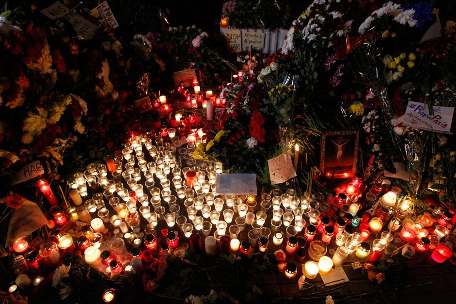 Viele Einwohner von Moskau kamen zur französischen Botschaft, wo sie Blumen niederlegten, Kerzen aufstellten und Trauerbotschaften hinterließen.