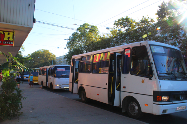 Bus dalam kota di Simferopol biasanya bewarna kuning atau putih. Foto: Fauzan Al-Rasyid