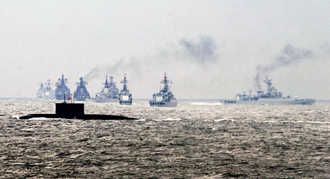 Sebuah kapal perang Tiongkok menembakkan rudal selama latihan militer bersama antara Tiongkok-Rusia di Semenanjung Shandong, Tiongkok.
