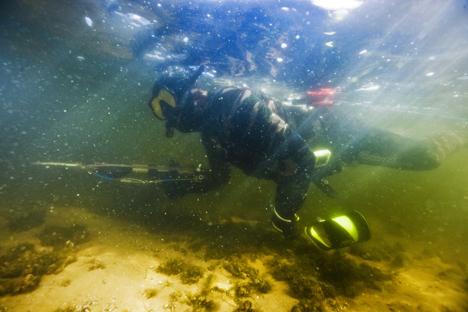 Претседателот на РФ Владимир Путин во подводен риболов.