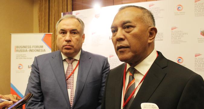 Direktur Dewan Bisnis Rusia-Indonesia Mikhail Kuritsyn (kiri) dan Wakil Kepala Dewan Bisnis Indonesia-Rusia (IRBC) Didie W. Soewondho dalam sesi jumpa pers seusai Forum Bisnis Rusia-Indonesia yang diadakan di Hotel Ritz-Carlton, Jakarta, Rabu (2/12).