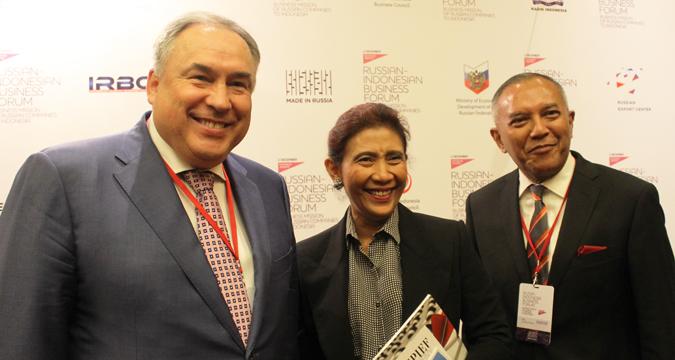 Dari kiri ke kanan: Direktur Dewan Bisnis Rusia-Indonesia Mikhail Kuritsyn, Menteri Kelautan dan Perikanan Susi Pudjiastuti, dan Wakil Kepala Dewan Bisnis Indonesia-Rusia (IRBC) Didie W. Soewondho seusai Forum Bisnis Rusia-Indonesia yang diadakan di Hotel Ritz-Carlton, Jakarta, Rabu (2/12).