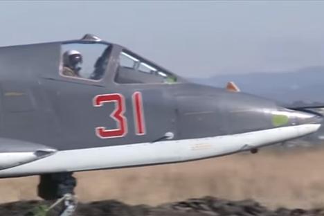 VIDEO: Pesawat Su-25 Rusia Lakukan Penerbangan Tempur Bersama MiG-29 Suriah