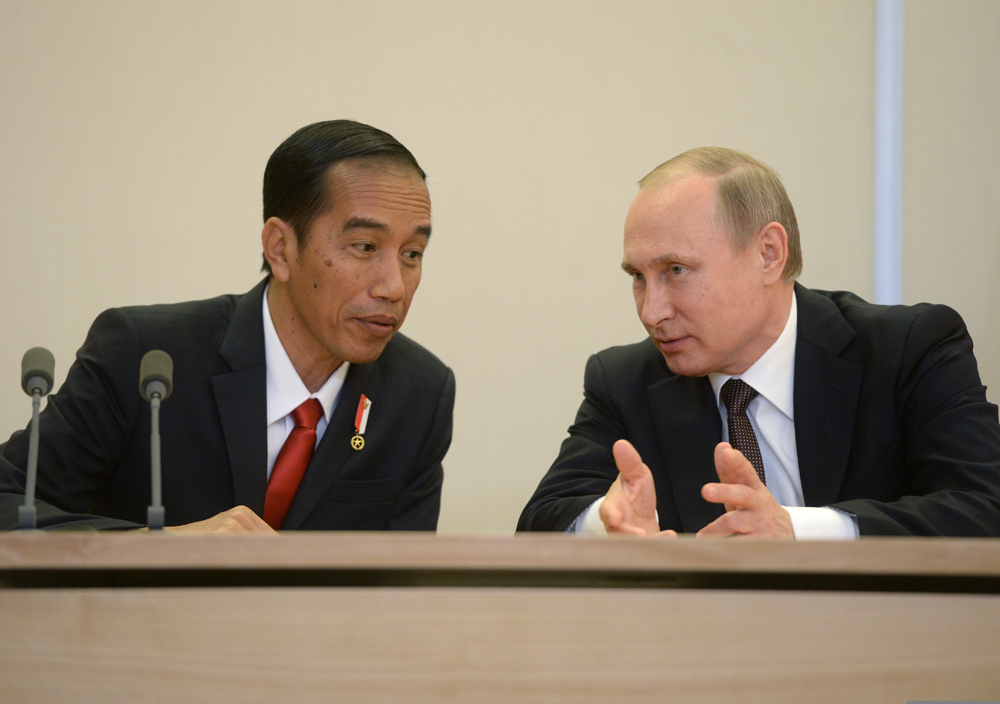 Presiden RI Joko Widodo dan Presiden Rusia Vladimir Putin pada sesi konferensi pers di keresidenan Bocharov Ruchei, di Sochi, 18 Mei 2016.