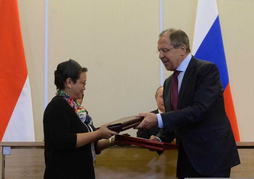 Menteri Luar Negeri RI Retno Marsudi (kiri) dan Menteri Luar Negeri Sergey Lavrov selama penandatanganan dokumen setelah pembicaraan bilateral antara presiden Indonesia dan Rusia di keresidenan Bocharov Ruchei, Sochi, 18 Mei 2016.