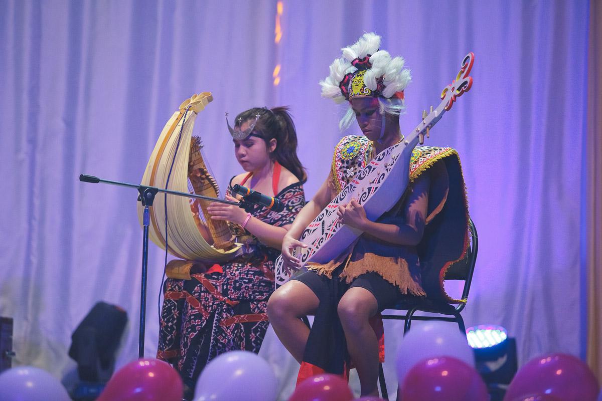 Alat musik Sampe dari Kalimantan berkolaborasi dengan Sasando dari NTT.
