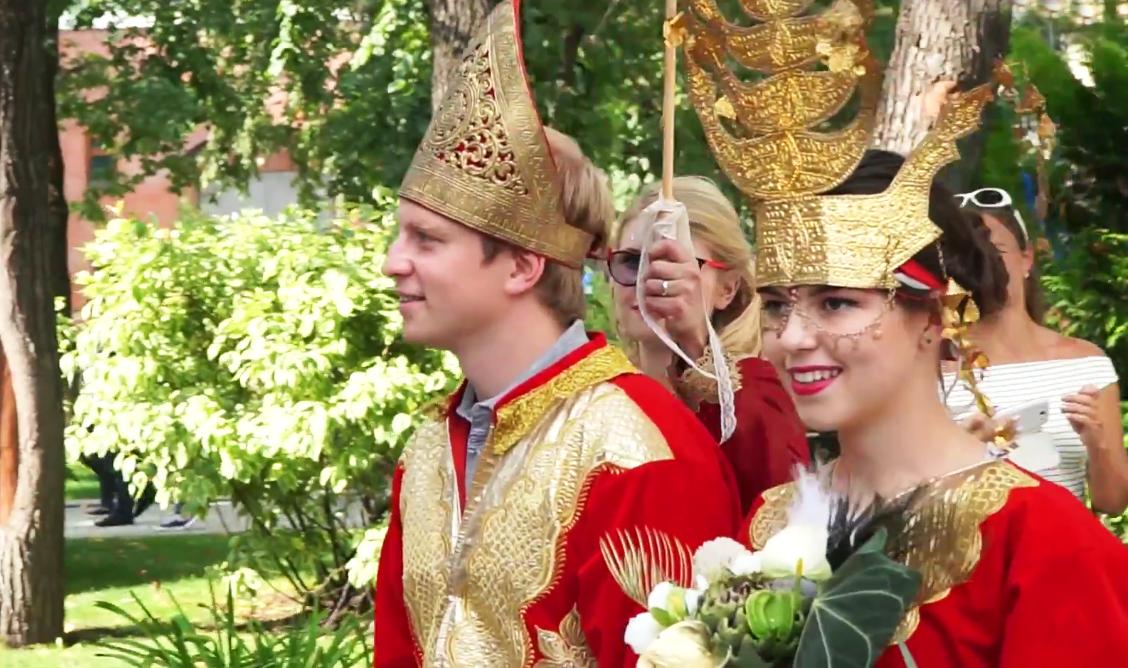 Pasangan Rusia Viktor dan Elizaveta memilih menikah dengan menggunakan adat dan pakaian Sumatera Barat pada Festival Indonesia yang digelar pada 20 – 21 Agustus lalu di Taman Hermitage Moskow.