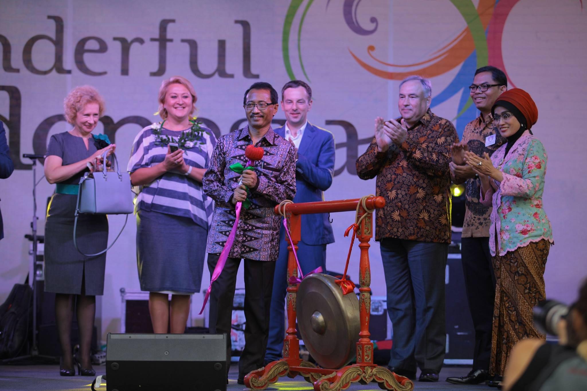 Duta Besar Indonesia untuk Rusia M. Wahid Supriyadi (tengah) saat membuka Festival Indonesia di Taman Hermitage, Moskow, 20 Agustus 2016.