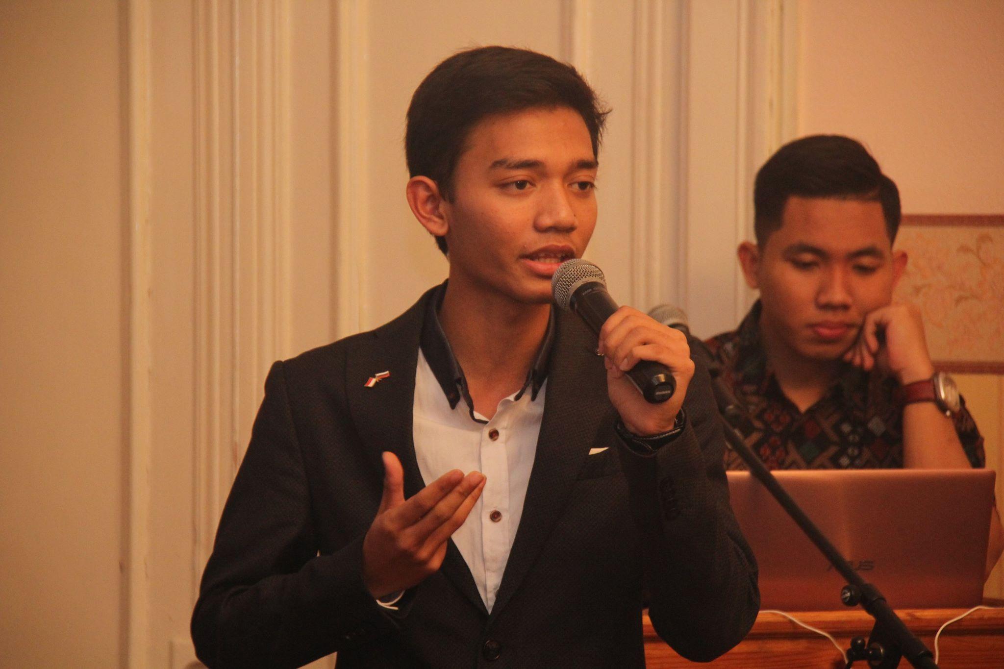 Salah satu mahasiswa Indonesia di Rusia selama sarasehan peringatan Hari Sumpah Pemuda ke-88 di KBRI Moskow.