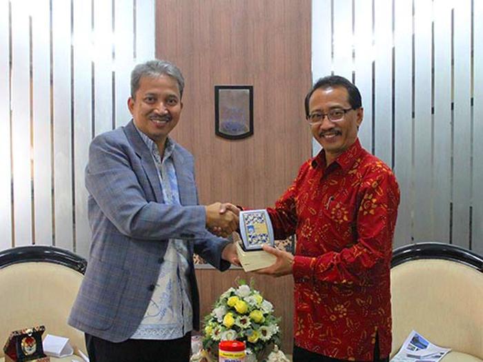 Rektor Institut Sepuluh Nopember (ITS) Profesor Joni Hermana (kiri) dan Duta Besar Indonesia untuk Rusia Wahid Supriyadi.
