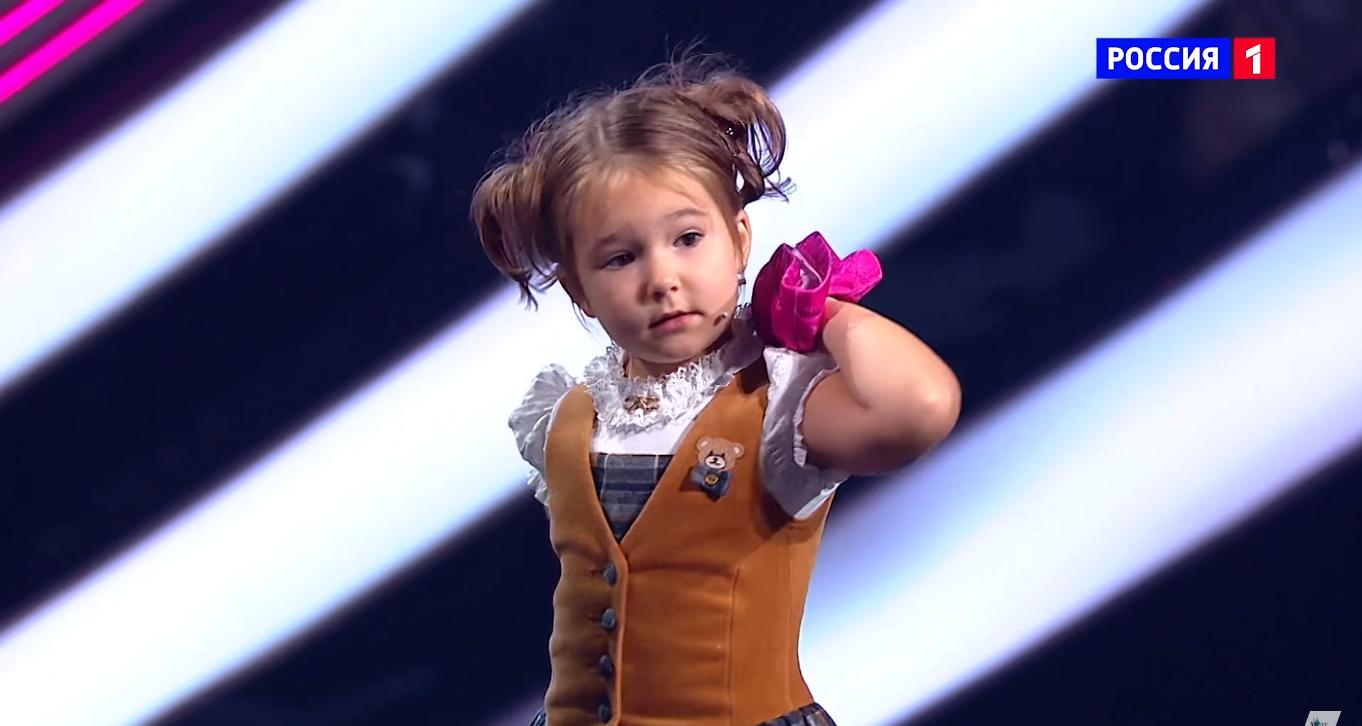 Popularitas Bella bermula saat ia muncul di ajang pencarian bakat Rusia 'Orang-orang Luar Biasa' dan mengejutkan para juri.