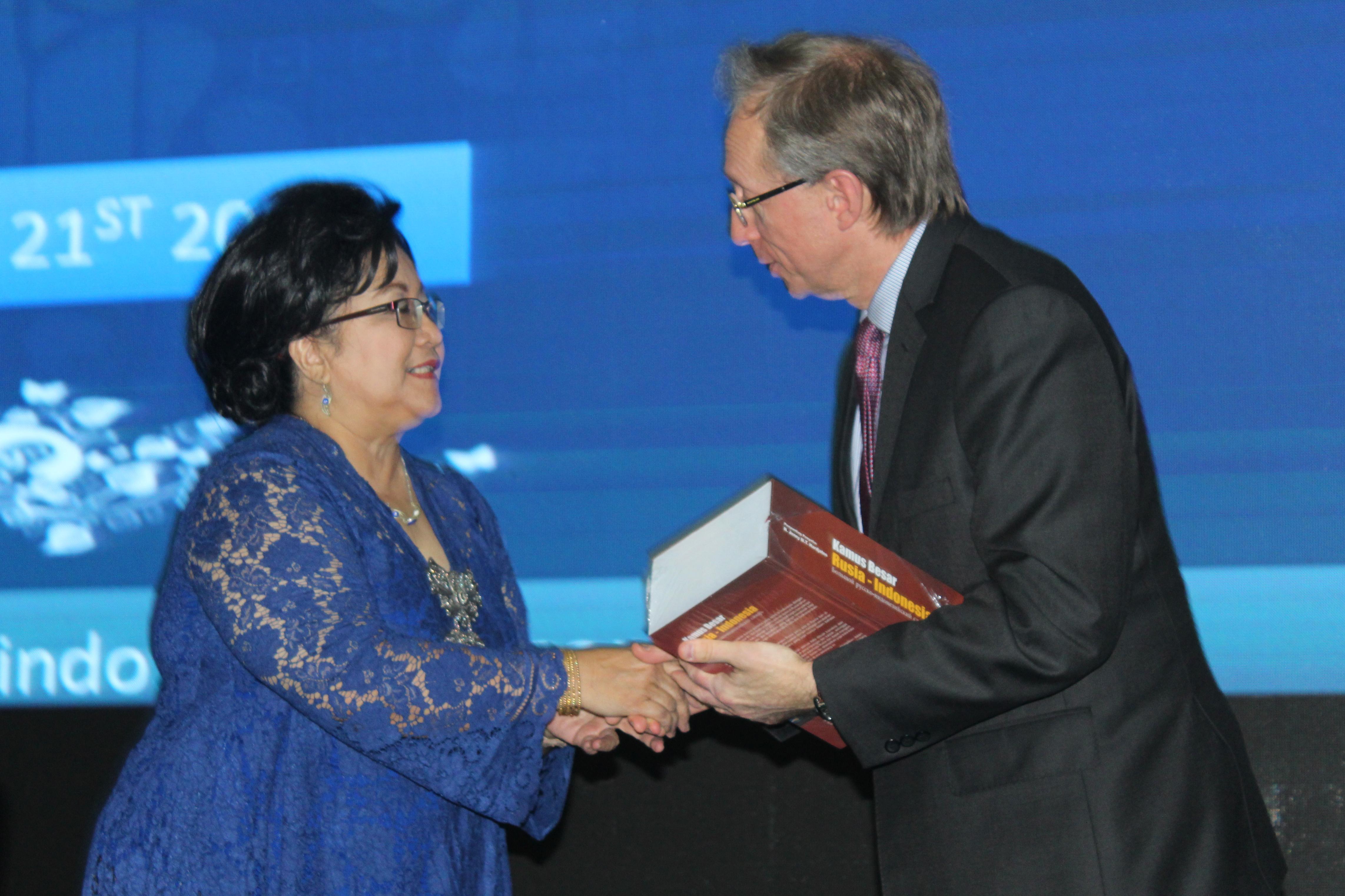 Profesor Jenny memberikan Kamus Besar Rusia-Indonesia kepada Duta Besar Rusia untuk Indonesia Mikhail Galuzin pada peluncuran akbar kamus di Lembaga Ketahanan Nasional (Lemhanas), Jumat (20/10). Sumber: Fauzan Al-Rasyid/RBTH Indonesia