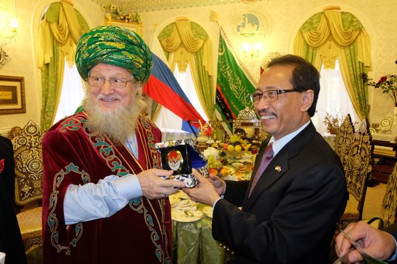 Mufti Agung Rusia Talgat Tadzhuddin (kiri) dan Duta Besar Indonesia untuk Rusia Wahid Supriyadi.