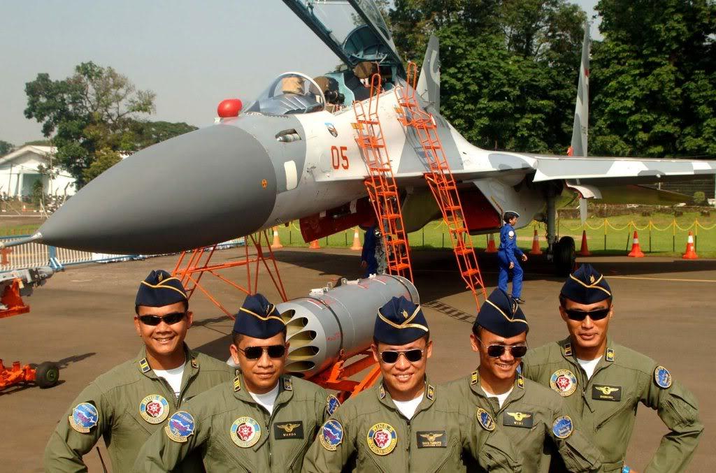 Beberapa orang perwira TNI-AU berfoto di depan pesawat tempur Sukhoi Su-27 SKM.