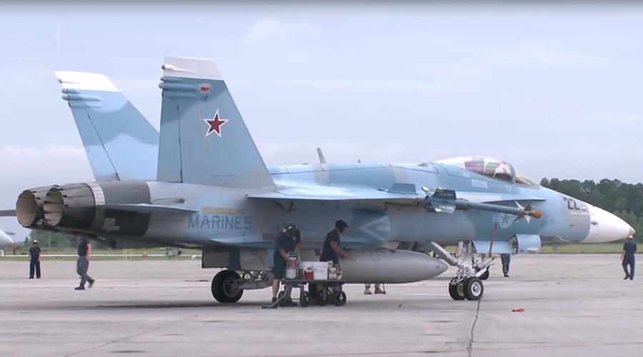 F/A-18 Hornet buatan McDonnell Douglas adalah pesawat tempur supersonik serbaguna yang dapat dioperasikan dari dan ke kapal induk di segala cuaca, dirancang untuk dapat bertempur di udara dan menyerang sasaran di darat.