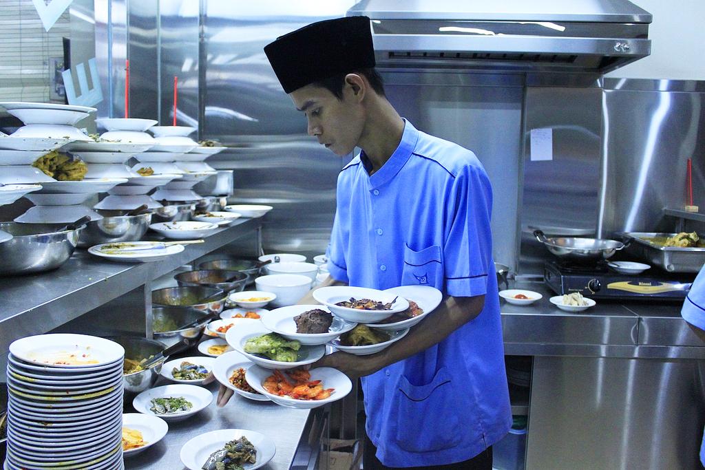 Ada satu pengusaha kuliner Nusantara yang sudah menunjukkan komitmen cukup serius, yakni pemilik restoran Padang.