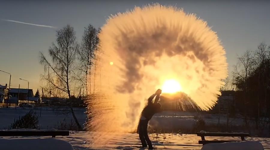 Video serupa juga tersebar luas di internet pada 2012, ketika seorang pria dari kota Novosibirsk, Siberia, membuang sepanci air mendidih dari jendela apartemennya dan air tersebut menguap tanpa membasahi dinding setetes pun.