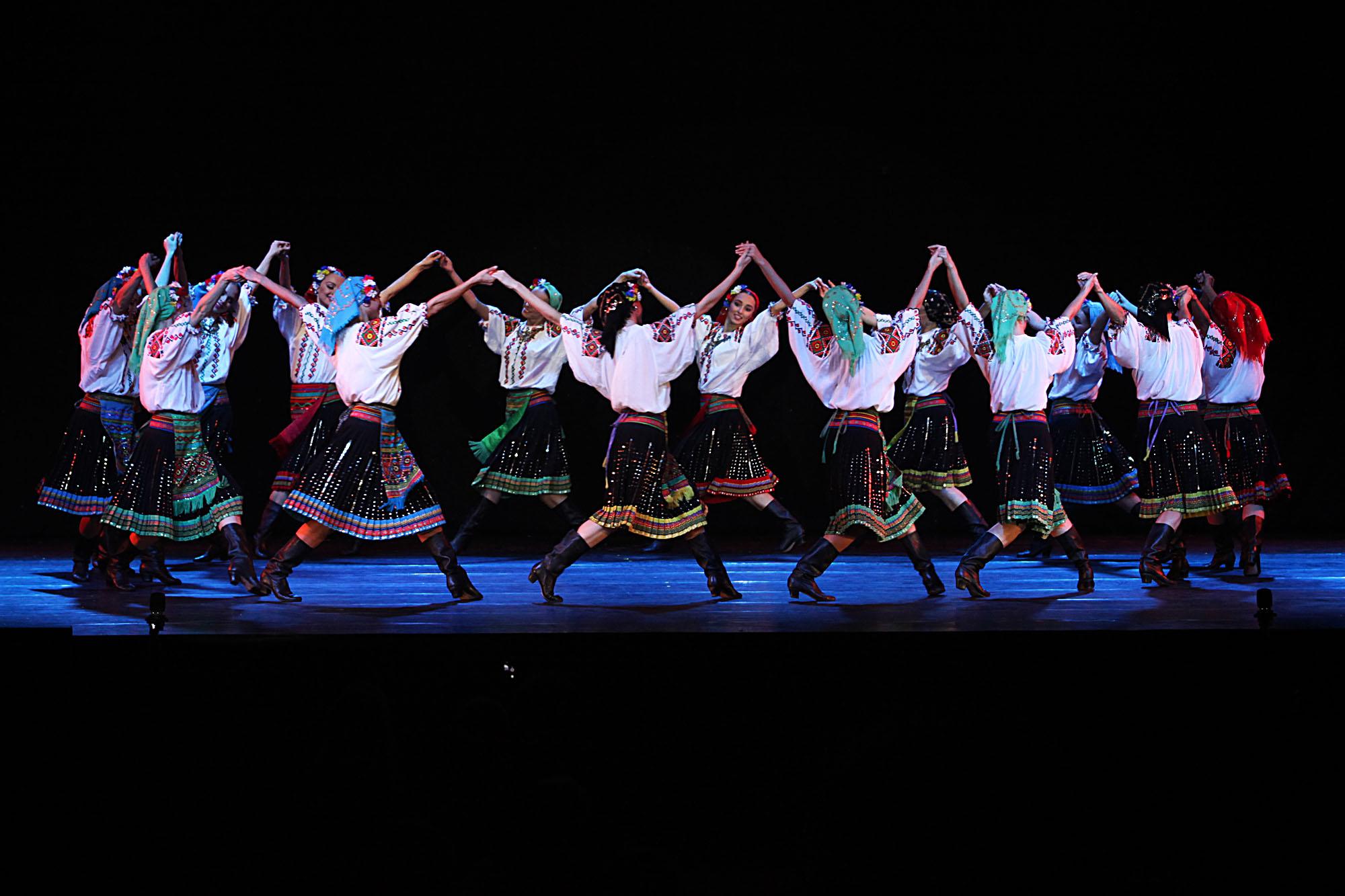 Pada 1920-an sampai awal 1930-an, Moiseyev menjadi bagian orang-orang yang membentuk model tarian terbaru sebelum usahanya ini dihentikan oleh pemerintahan Joseph Stalin yang menekankan Sosialisme-Realisme. Setelah itu, Moiseyev mulai membuat koreografinya sendiri dan membuat beberapa gerakan balet untuk anak-anak di Teater Bolshoi.