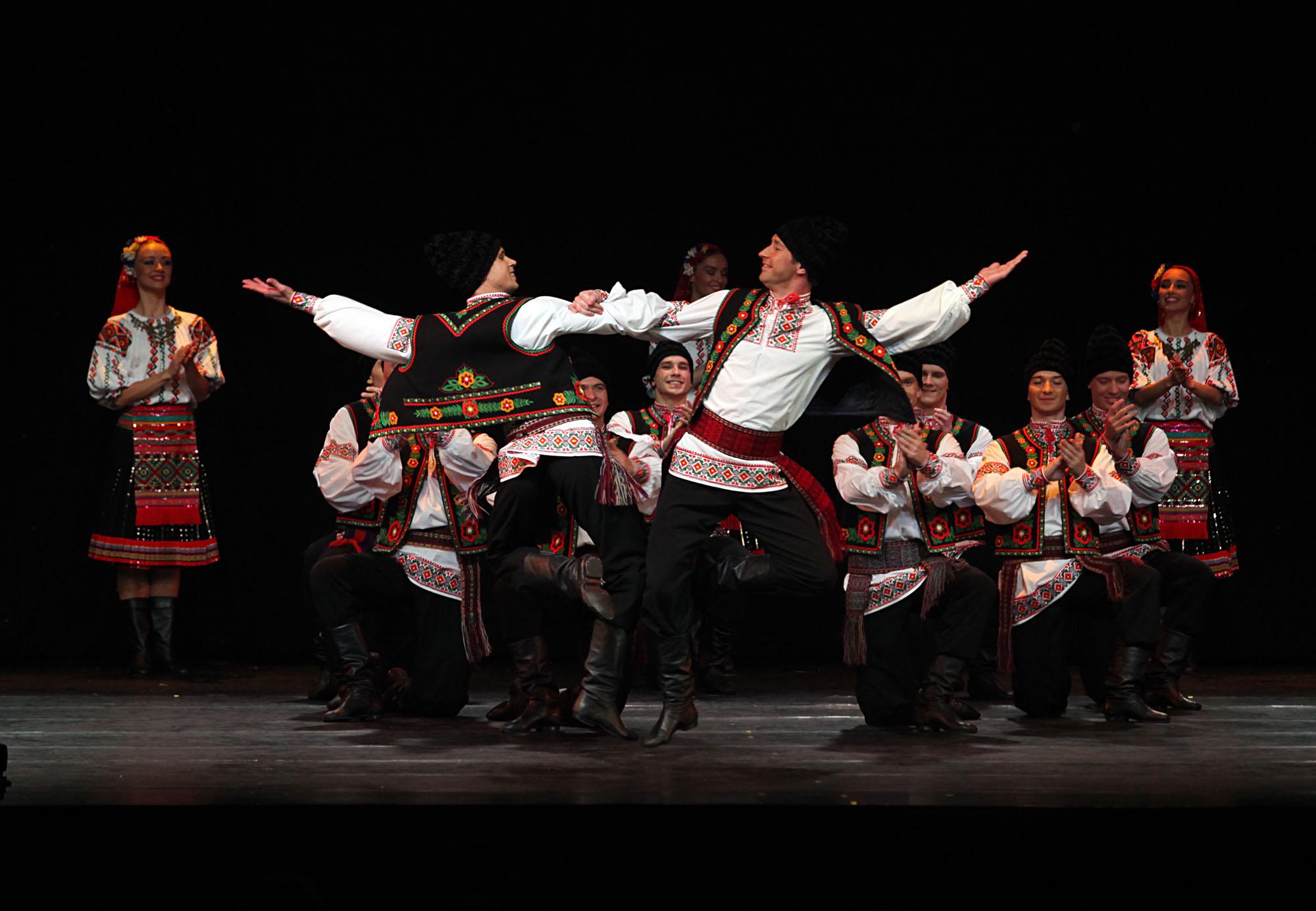 Pada akhir penampilan, Igor Moiseyev Ballet memberikan kejutan pada para penonton dengan menampilkan salah satu tradisional Indonesia — Tari Saman. Kejutan ini sontak disambut tepuk tangan meriah dari para penonton