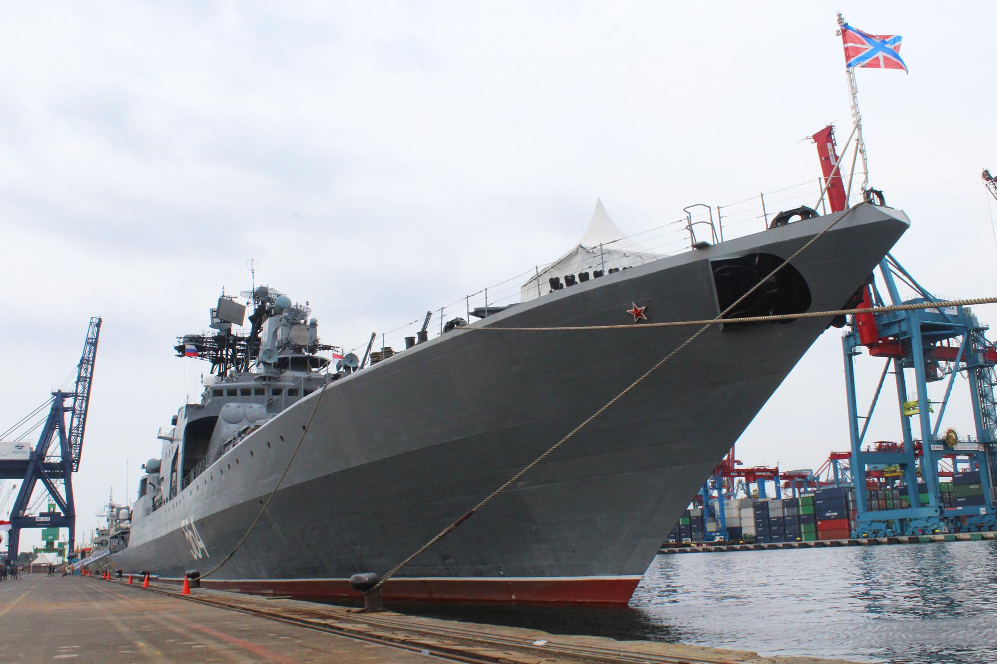 Kapal Admiral Tributs dari Armada Pasifik Rusia tiba di Dermaga Jakarta International Container Terminal (JICT) II Pelabuhan Tanjung Priok, Senin (31/10) dan akan berlabuh di Jakarta hingga Sabtu (5/11).
