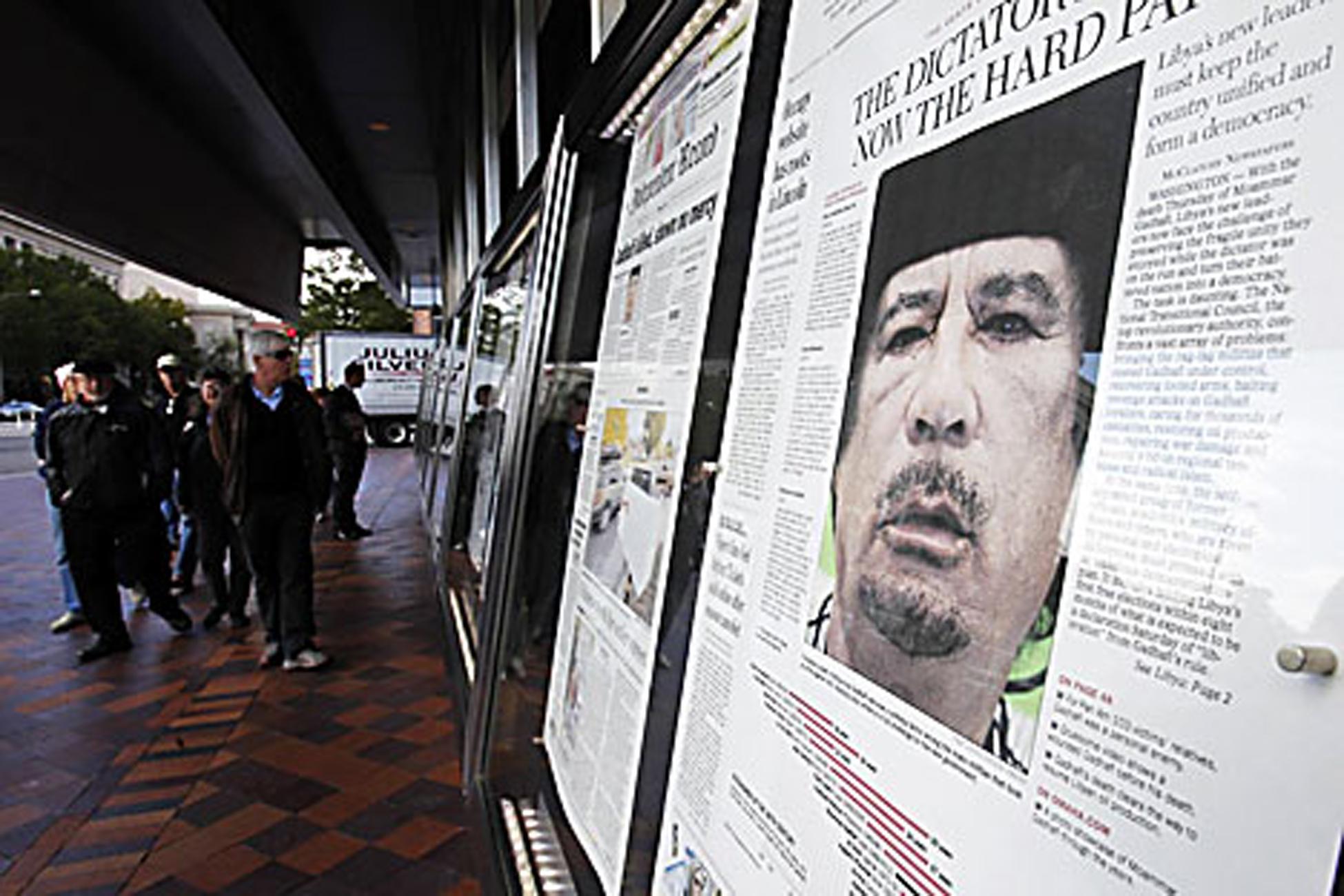 """Wajah Pemimpin Libya Muammar Qaddafi """"menghiasi"""" tajuk utama media-media cetak saat sang pemimpin dilaporkan meninggal karena terluka parah pada kedua kaki dan kepalanya setelah ditangkap di kota kelahirannya, Sirte, pada pagi hari, 20 Oktober 2011."""