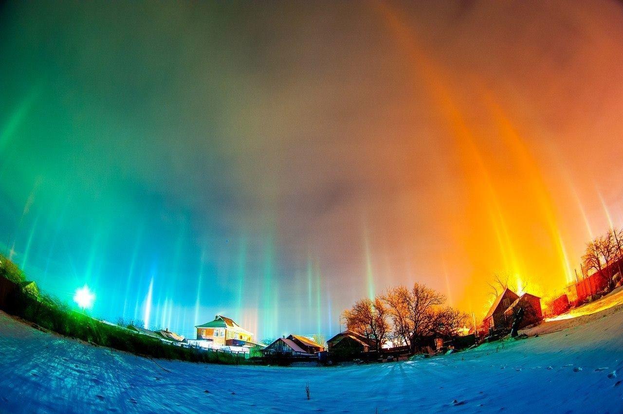 Puluhan pilar cahaya vertikal layaknya adegan di film-film fiksi ilmiah tampak menghiasi langit malam kota Rostov-na-Donu, Jumat (27/1).