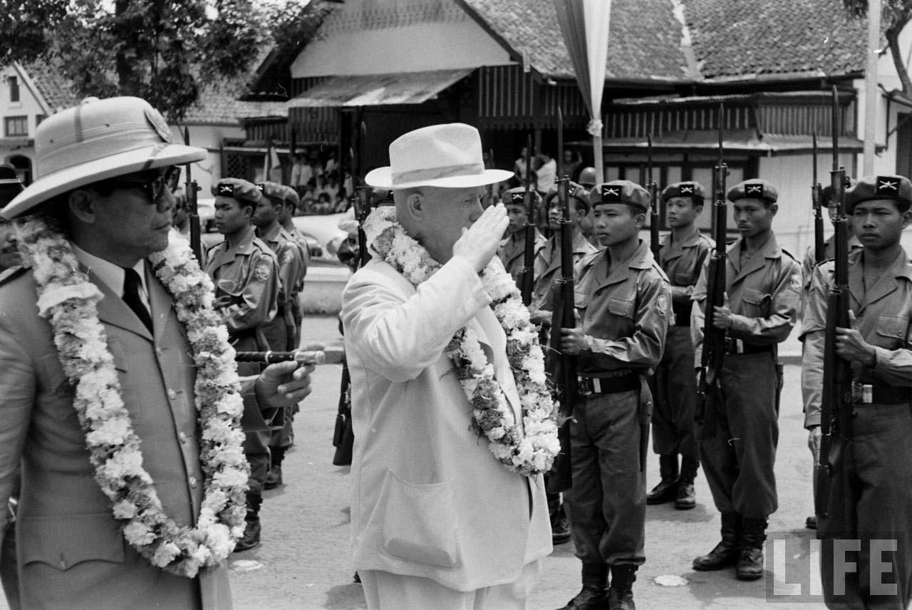 Pemimpin Uni Soviet Nikita Khrushchev memberi hormat pada Angkatan Bersenjata Republik Indonesia dalam kunjungannya ke Jakarta tahun 1959.