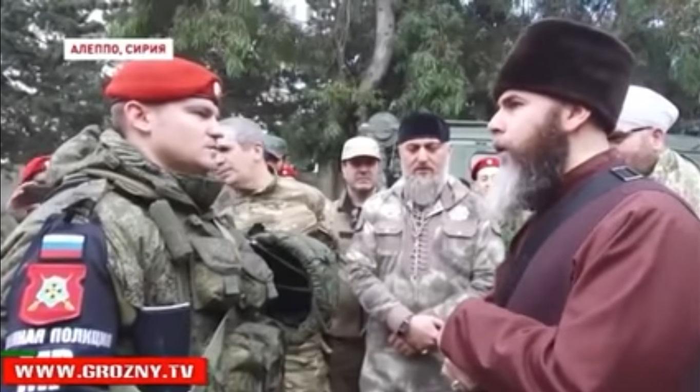 Seorang tentara Rusia tengah mengucapkan dua kalimat syahadat dibantu oleh Mufti Republik Chechnya Salakh Mezhiev.