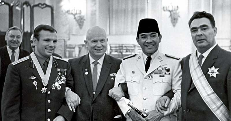 Dari kiri ke kanan: kosmonot legendaris Uni Soviet Yuri Gagarin, Nikita Khruchev, Presiden RI Soekarno, dan Leonid Brezhnev di Kremlin, Moskow, Juni 1961. Sumber: RIA Novosti