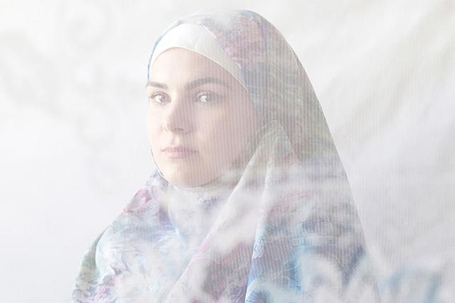 'Madonna Tatar': Menyelamatkan Identitas Kesukuan dari Gerusan Budaya Kota