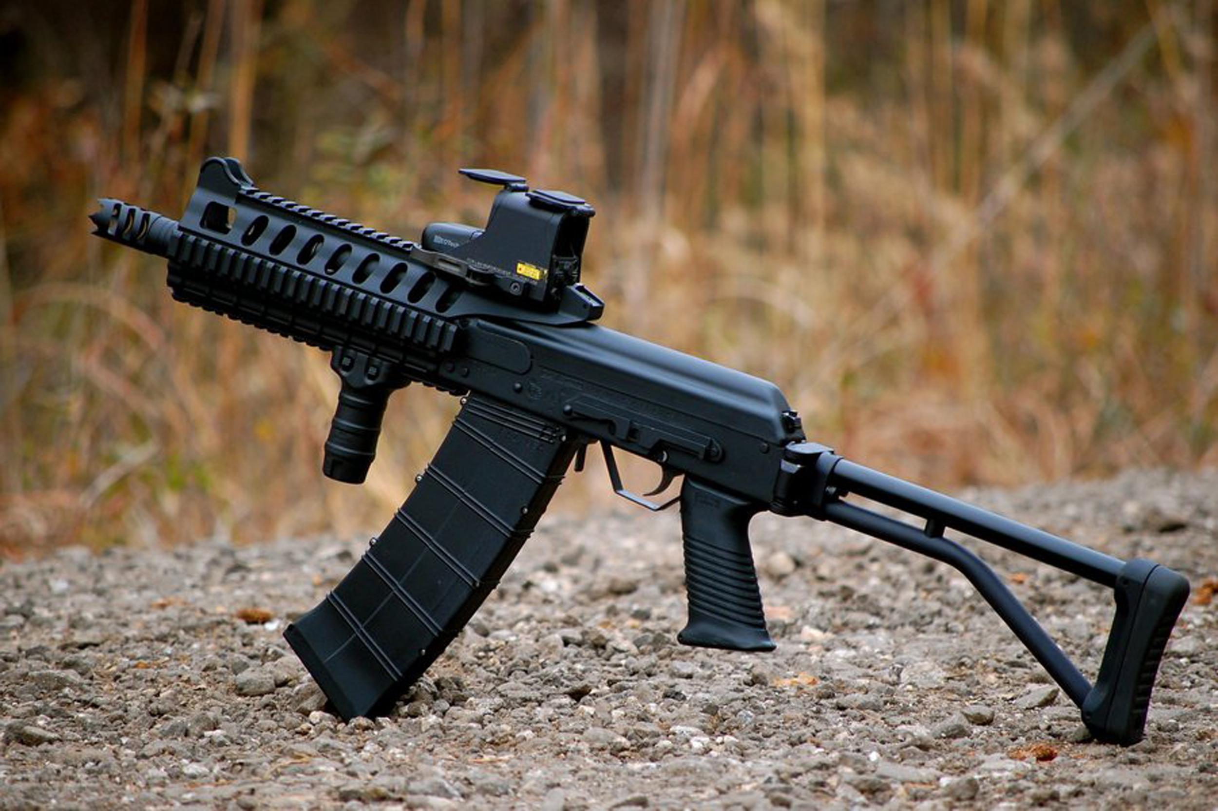 Senapan ini dilengkapi dengan popor lipat dengan bantalan peredam getaran yang membantu mengontrol hentakan kuat senapan 12 gauge.