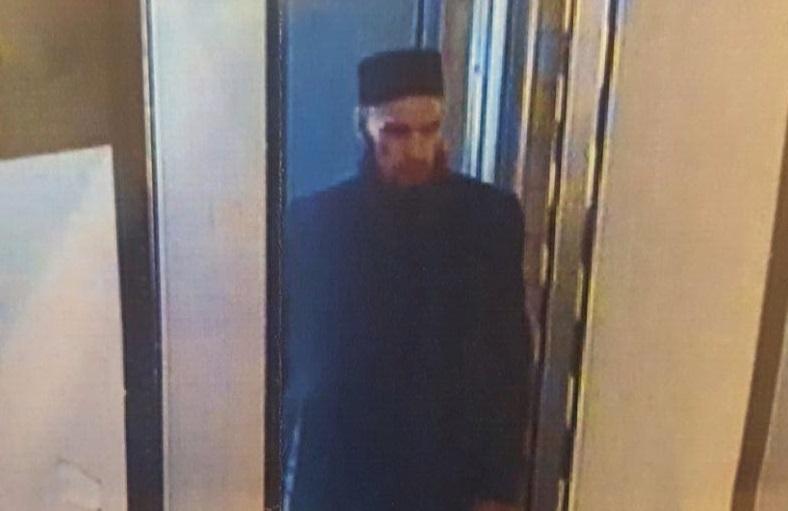 Seorang pria berjanggut hitam panjang ramai dilaporkan media sebagai terduga pelaku serangan bom.
