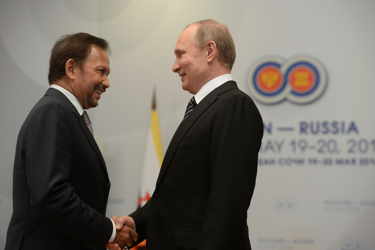 Sultan Brunei Hassanal Bolkiah (kiri) dan Presiden Rusia Vladimir Putin bertemu di Sochi, Rusia, pada KTT ASEAN-Rusia 2016 lalu.