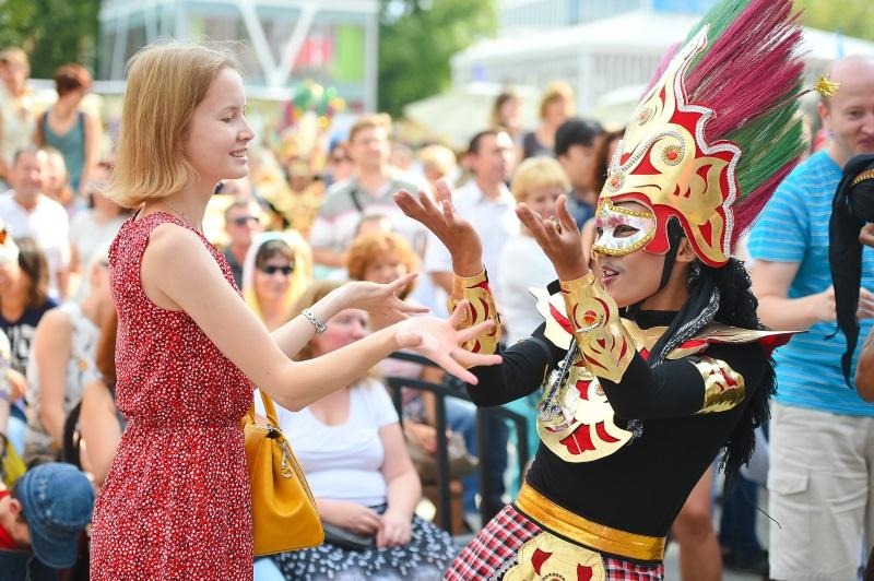 Indonesia merupakan satu-satunya peserta yang menampilkan pergelaran budaya selama tiga hari pameran dengan penampilan penari profesional dari KBRI dan mahasiswa Indonesia di Vladivostok.