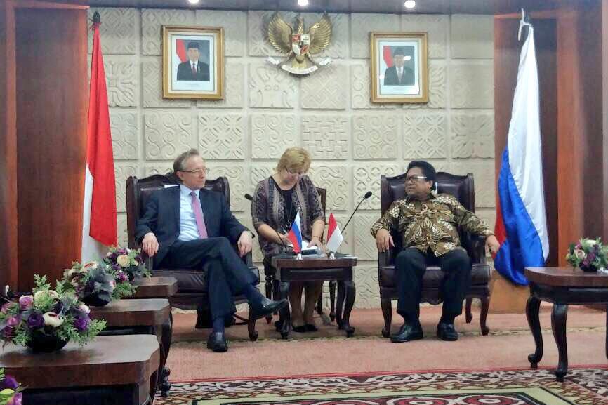 Duta Besar Rusia untuk Indonesia Mikhail Galuzin (kiri) dan Ketua Dewan Perwakilan Daerah (DPD) RI Oesman Sapta Odang.